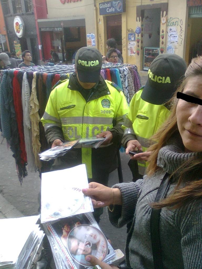 Policia y piratería de películas en Bogotá