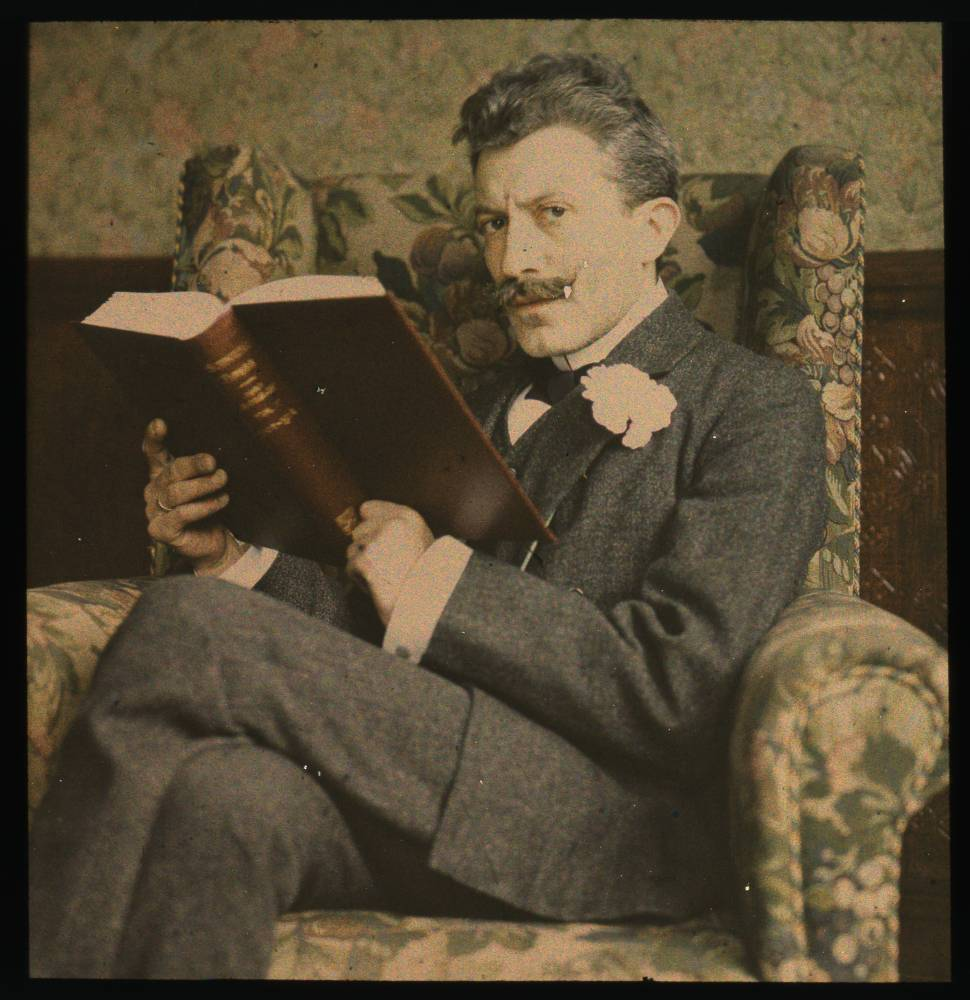 Man with book sitting in chair, en Flickr vía George Eastman House