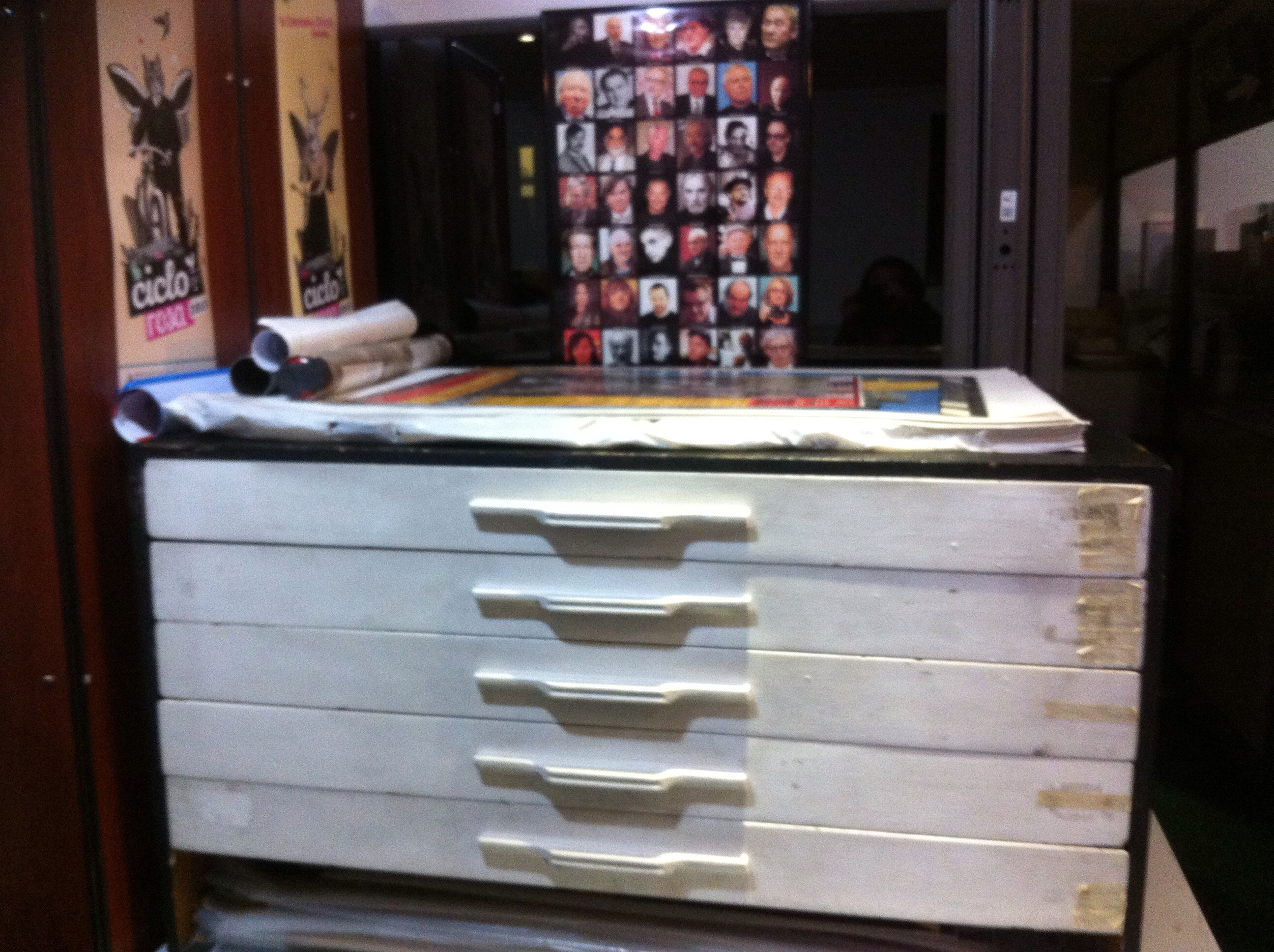 El mueble que contiene los afiches de las películas de la colección del BECMA