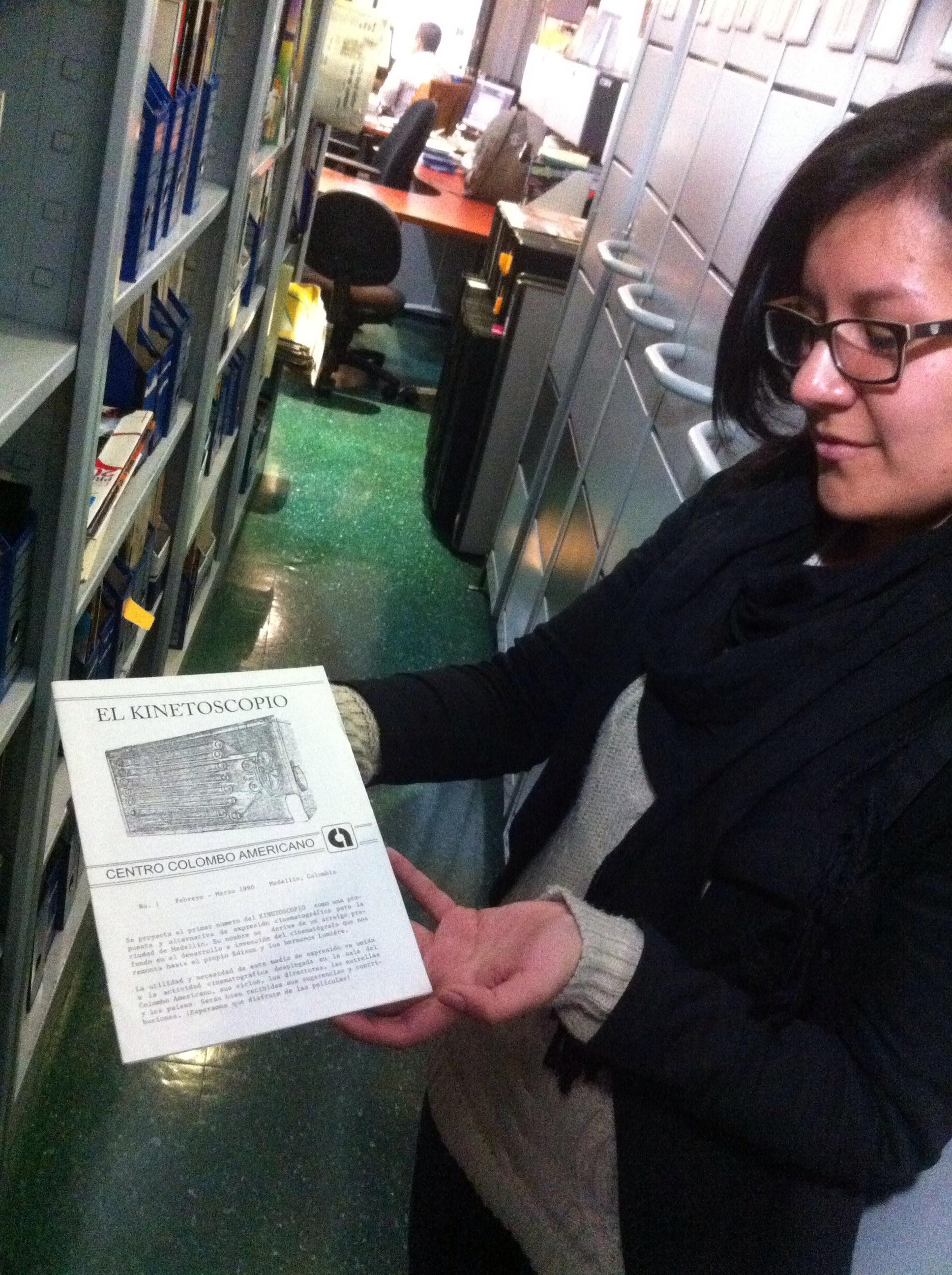 El primer número de la Revista Kinetoscopio, sostenido por Angélica, la bibliotecaria de la Cinemateca