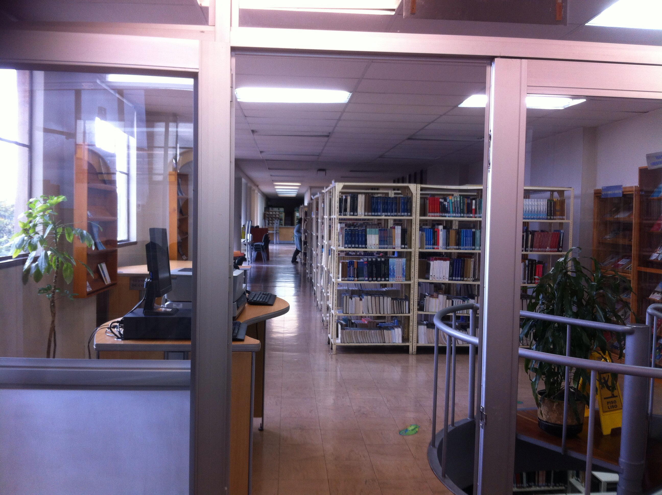 Colecciones de la biblioteca de la Universidad de La Salle, vista desde la sala de literatura