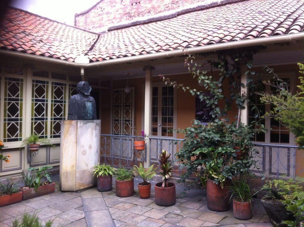 Busto en el patio de la Casa de Poesía Silva