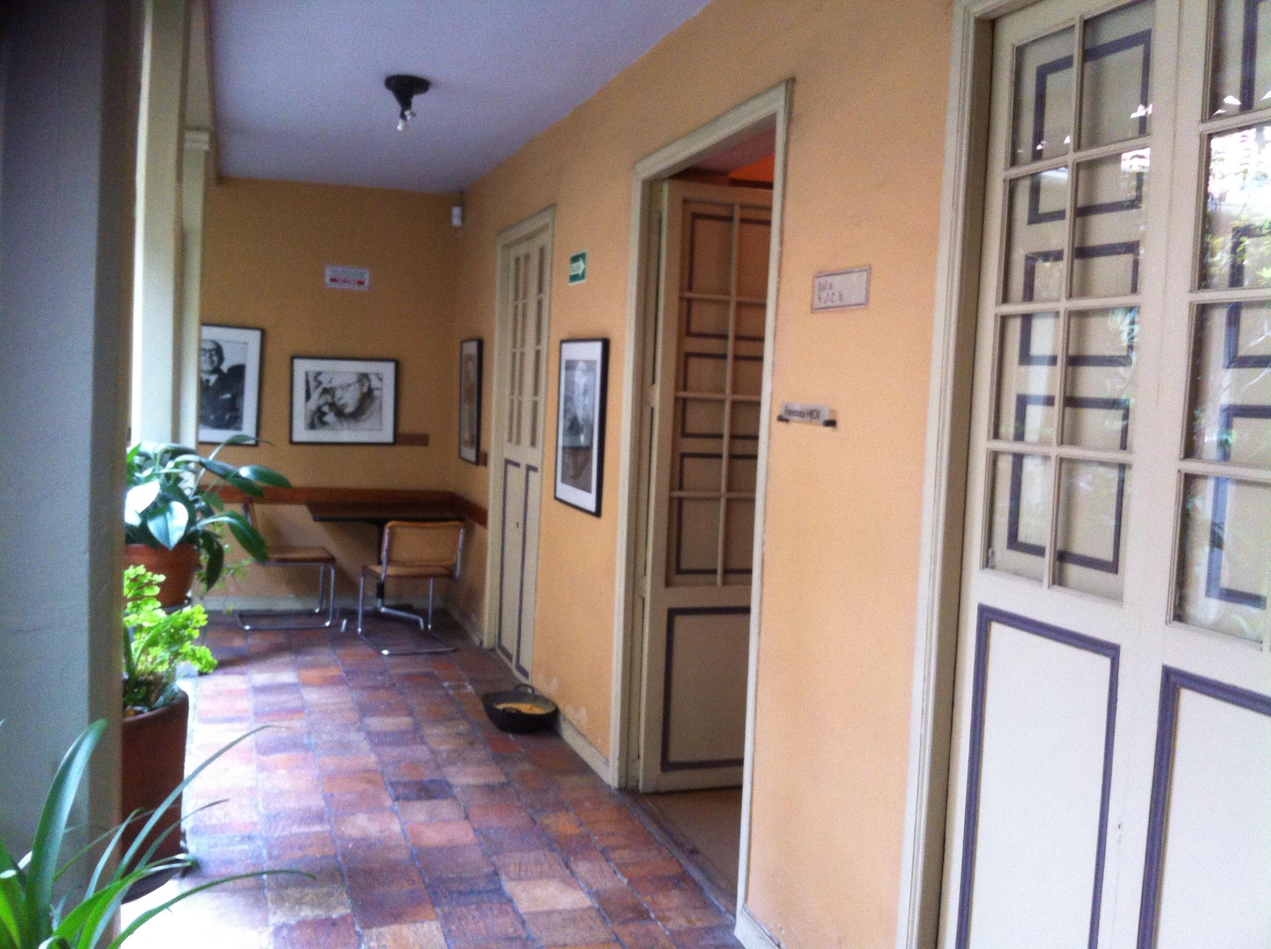 Casa de Poesía Silva, entrada a la fonoteca HJCK