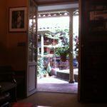 Patio de la Casa de Poesía Silva visto desde la fonoteca HJCK