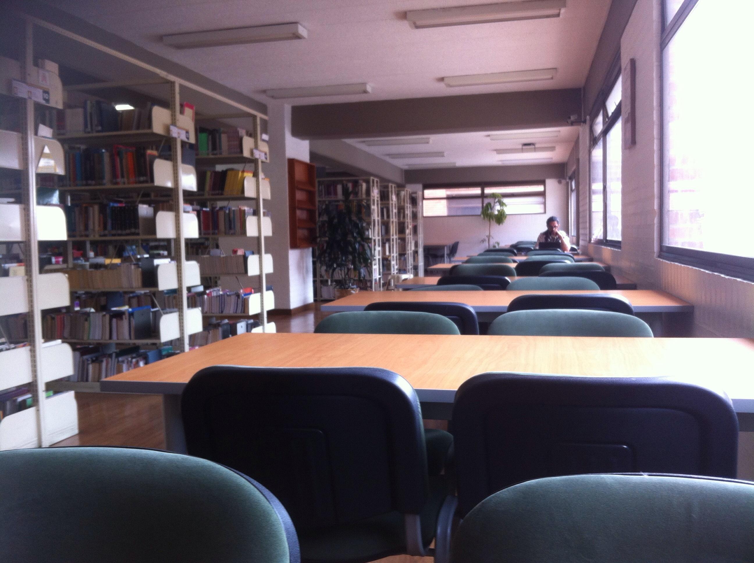 Interior de la biblioteca de la Universidad de La Salle, sede Chapinero