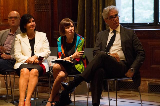 De izquierda a derecha: Glòria Pérez-Salmerón (Presidente Electa de IFLA), Donna Sheeder (Presidente de IFLA) y Gerald Leitner (Secretario General de IFLA). Imagen tomada del Flickr de IFLA