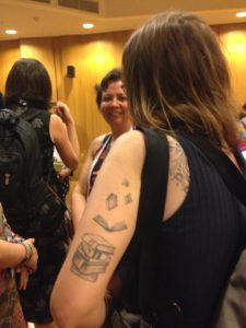 Tatuaje de una bibliotecaria brasilera en el Congreso de IFLA 2019 (en proceso)