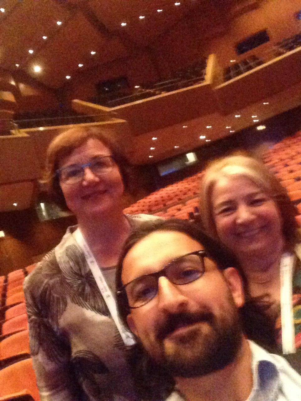 Selfie con Sinikka Sipilä (Finlandia), presidenta de IFLA de 2011 a 2013 y con Alicia Ocaso (Uruguay), ex presidente de la Asociación de Bibliotecarios del Uruguay