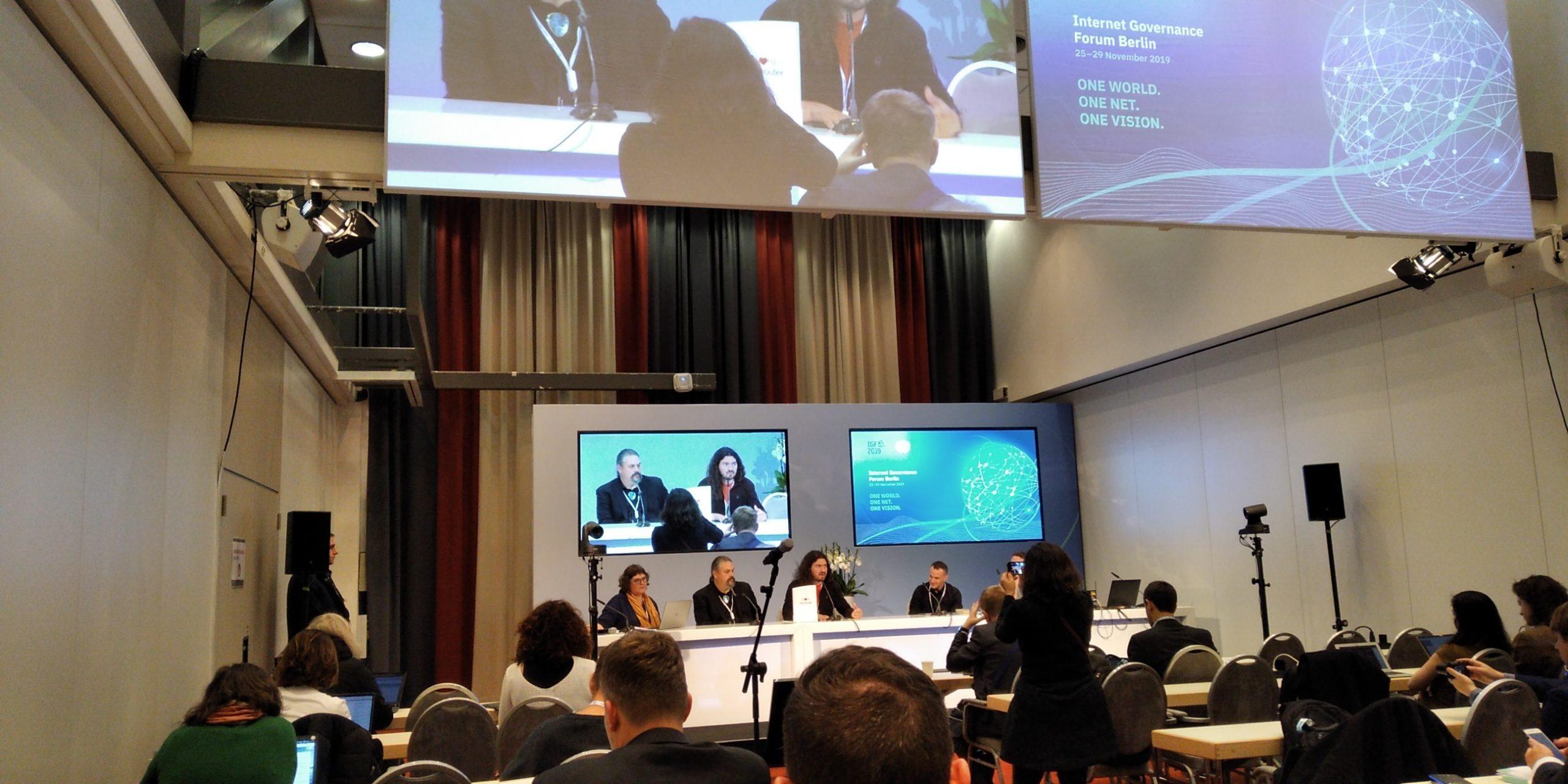 En la sesión del día 0 del Foro de Gobernanza de internet 2019 en Berín, Nico Pace de Altermundi en la sesión sobre bienes comunes presentando el Libre Router.